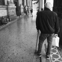 Carità, davanti alle poste